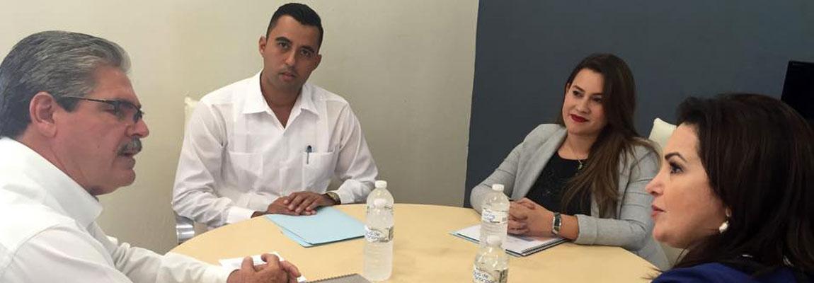 Director General del CECYTE de BCS, Ángel René Holmos Montaño presenta a la Sra. Gabriela Velazquez de Mendoza,proyecto de Convenio de Colaboración CECYTE - CITA - DESMTA
